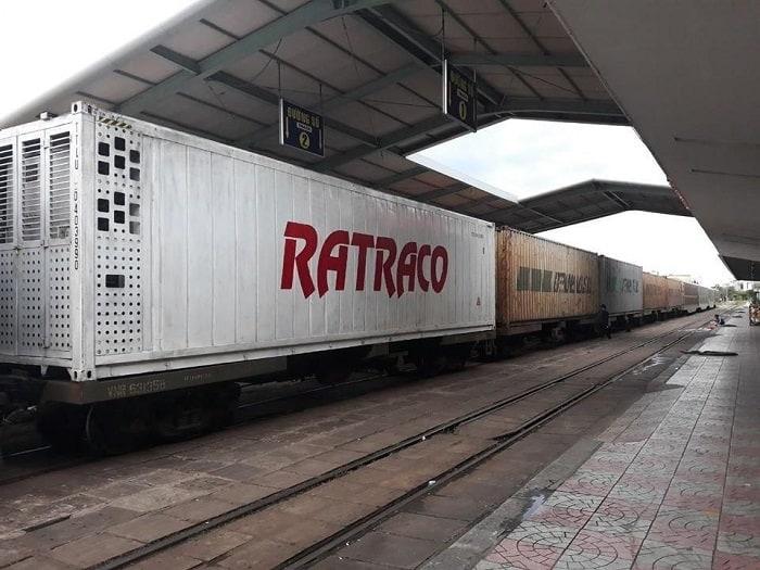 Quy trình vận chuyển hàng hóa bằng tàu hỏa nhanh chóng đơn giản của Ratraco Solutions Đơn vị vận tải hàng đường sắt Bắc Nam của chúng tôi thực hiện các bước tiếp nhận và luân chuyển đơn hàng nhanh-gọn-lẹ như sau: Bước 1: Tiếp nhận thông tinvề chi tiết hàng hóa từ quý khách hàng Bước 2: Khảo sátlượng hàng hóa cần vận chuyển Bước 3: Tiến hành báo giávề lượng hàng hóa đã tiếp nhận Bước 4: Xác định thời giancần vận chuyển với khách hàng Bước 5: Vận chuyển hàng hóađến địa điểm khách hàng cần Bước 6: Sau khi khách hàng kiểm tra lượng hàng, yêu cầu thanh toán theo hợp đồng và giao chứng từ hóa đơn. Những nguyên tắc chung trong Chính sách đền bù Hợp đồng vận chuyển đường sắt của Ratraco Solutions 1. Khi xảy ra sự cố, mỗi bên phải có trách nhiệm thông báo cho kia và cùng phối hợp giải quyết trên tinh thần hợp tác, hỗ trợ đôi bên cùng có lợi. 2. Nếu trường hợp xảy ra sự cố bất thường về hàng hóa trong quá trình giao nhận bên A phải thông báo cho bên B, giữ nguyên hiện trạng và đồng ý cho bên B cử người đến kho để cùng xác nhận nguyên nhân, lập biên bản sự việc và phối hợp giải quyết. Nếu bên A không thông báo cũng như không đồng ý cho người của bên B đến để phối hợp cùng xác định nguyên nhân thì bên B sẽ không chịu trách nhiệm về những tổn thất liên quan đến sự việc xảy ra. 3. Xử phạt bồi thường theo nguyên tắc tổn thất phát sinh do lỗi của bên nào thì bên đó phải chịu bồi hoàn cho bên kia. Ngoại trừ các trường hợp bất khả kháng như: thiên tai, chiến tranh, đình công, bạo loạn, sự cố gây mất an toàn giao thông đường sắt; 4. Nếu có sự cố muốn hủy chuyến xe thì phải thông báo cho Bên kia biết trước ít nhất 12 giờ tính đến giờ xe có mặt tại điểm chất hàng, nếu vi phạm quy định này thì Bên vi phạm phải chịu trách nhiệm bồi thường theo quy định.