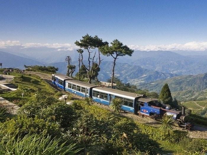 Một trong những tuyến đường sắt cao nhất thế giới không thể không kể đến là Darjeeling Himalaya.